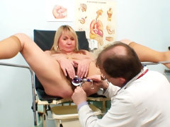 Hairy mature in speculum play video